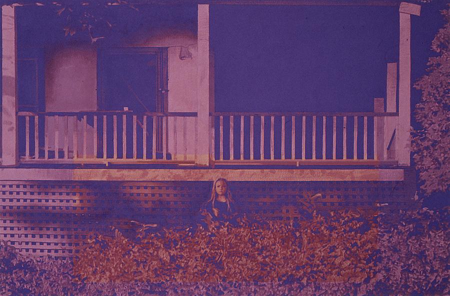 Jennifer devant la maison mauve